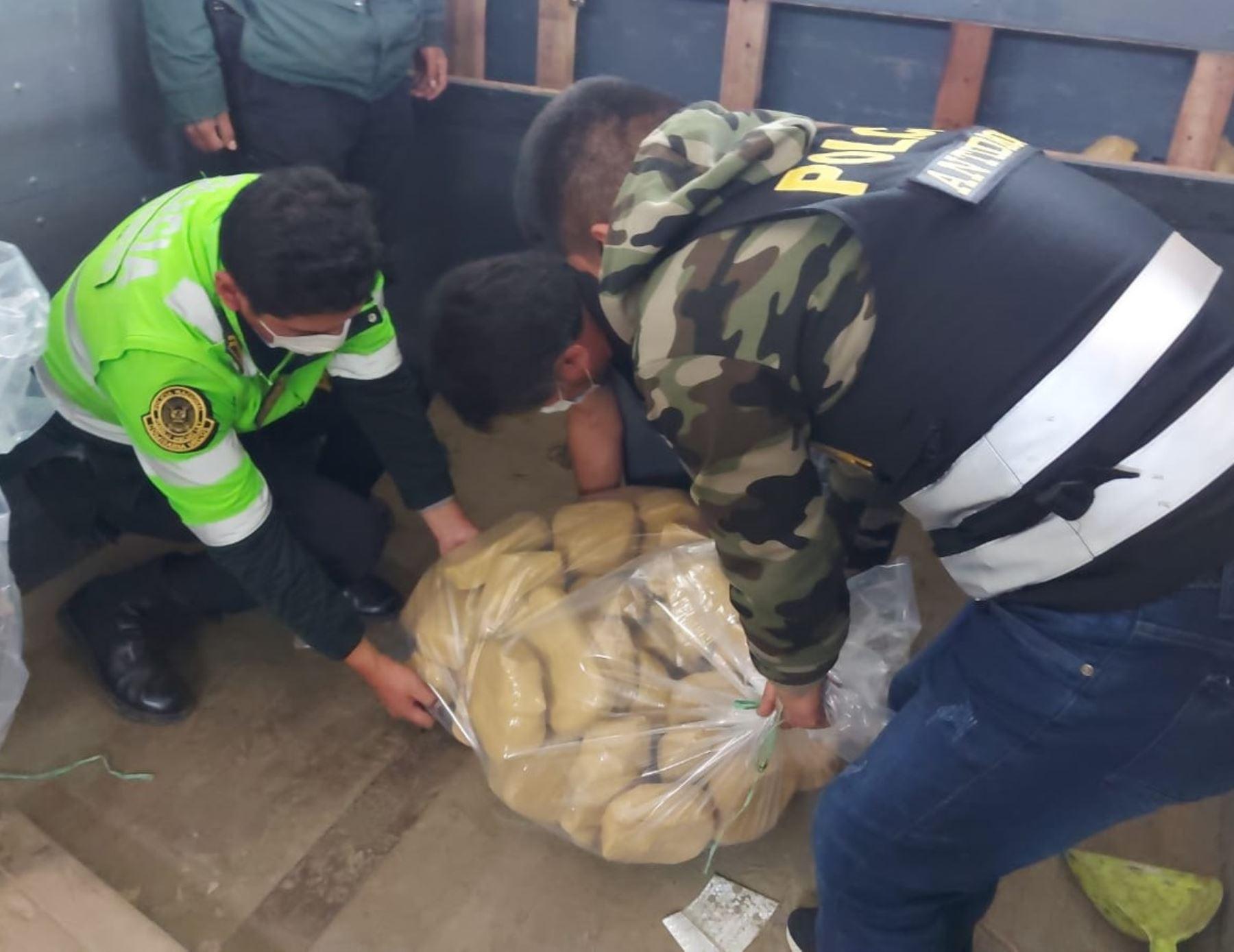 Policía incauta más de 180 kilos de cocaína en carretera Cusco-Paucartambo