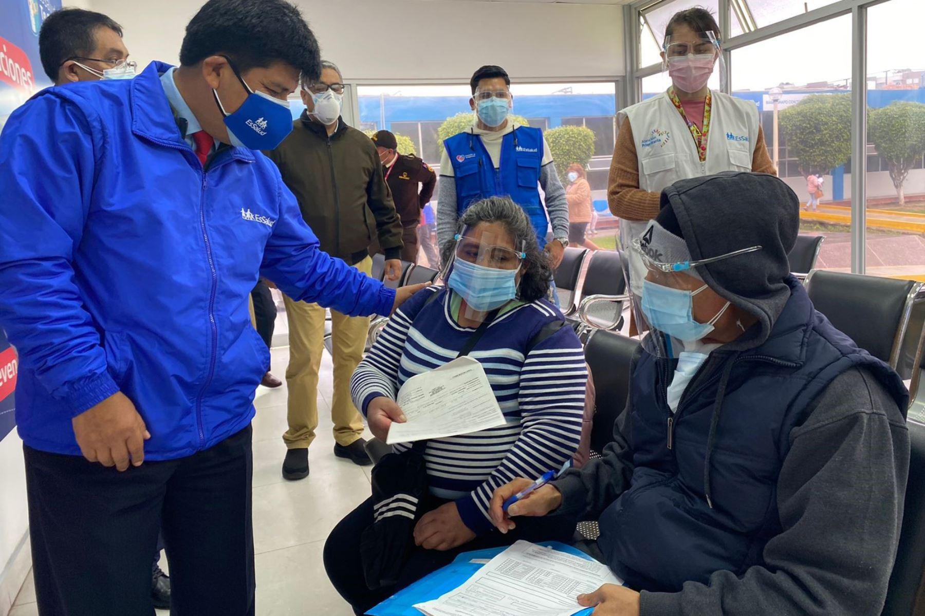 Presidente de EsSalud supervisa servicios en hospital Sabogal ante eventual tercera ola