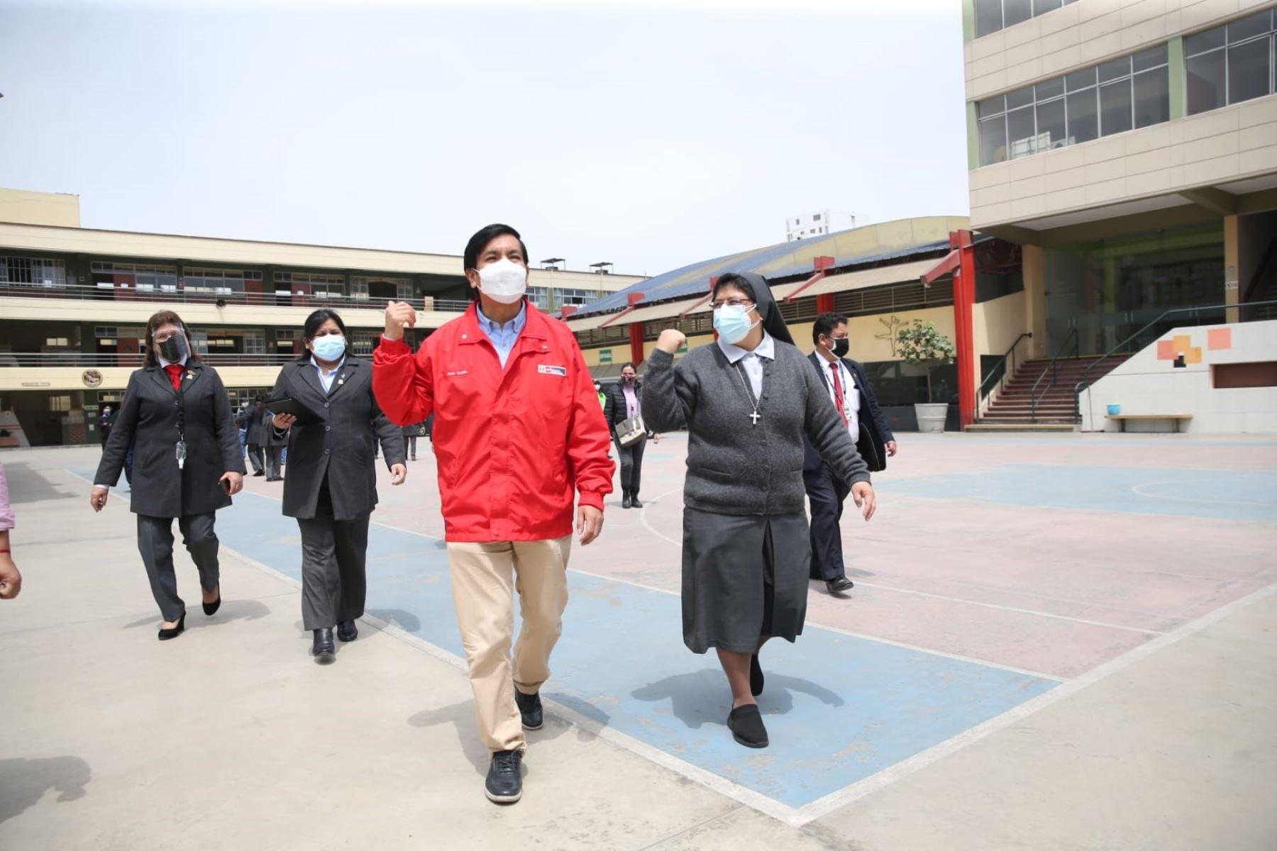 Ministro Cadillo inicia movilización por el retorno seguro visitando colegios de Lima