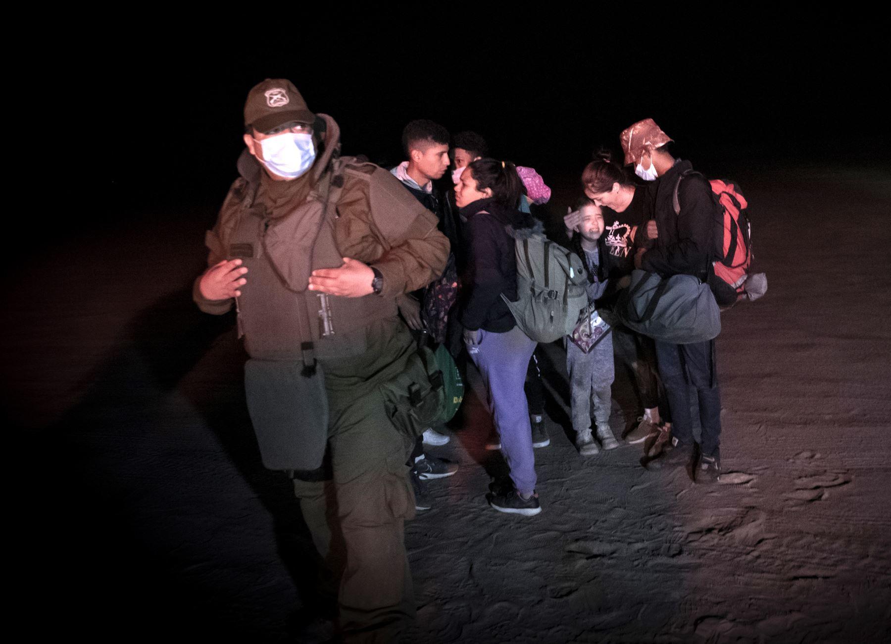 Haitianos y venezolanos cruzan caminos en la frontera de Chile y Perú