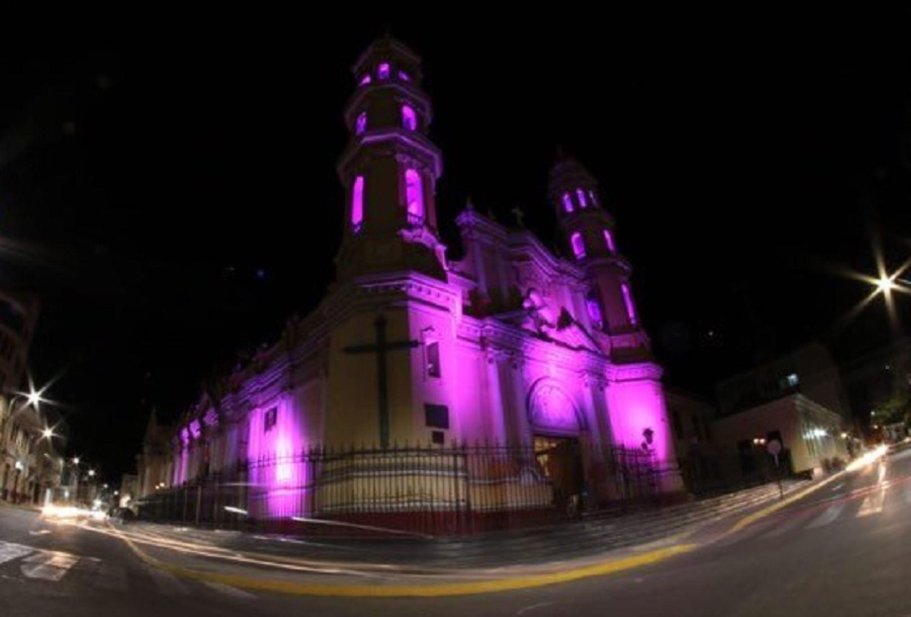Catedral de Piura se ilumina de morado en honor a Cautivo de Ayabaca y Señor de Milagros
