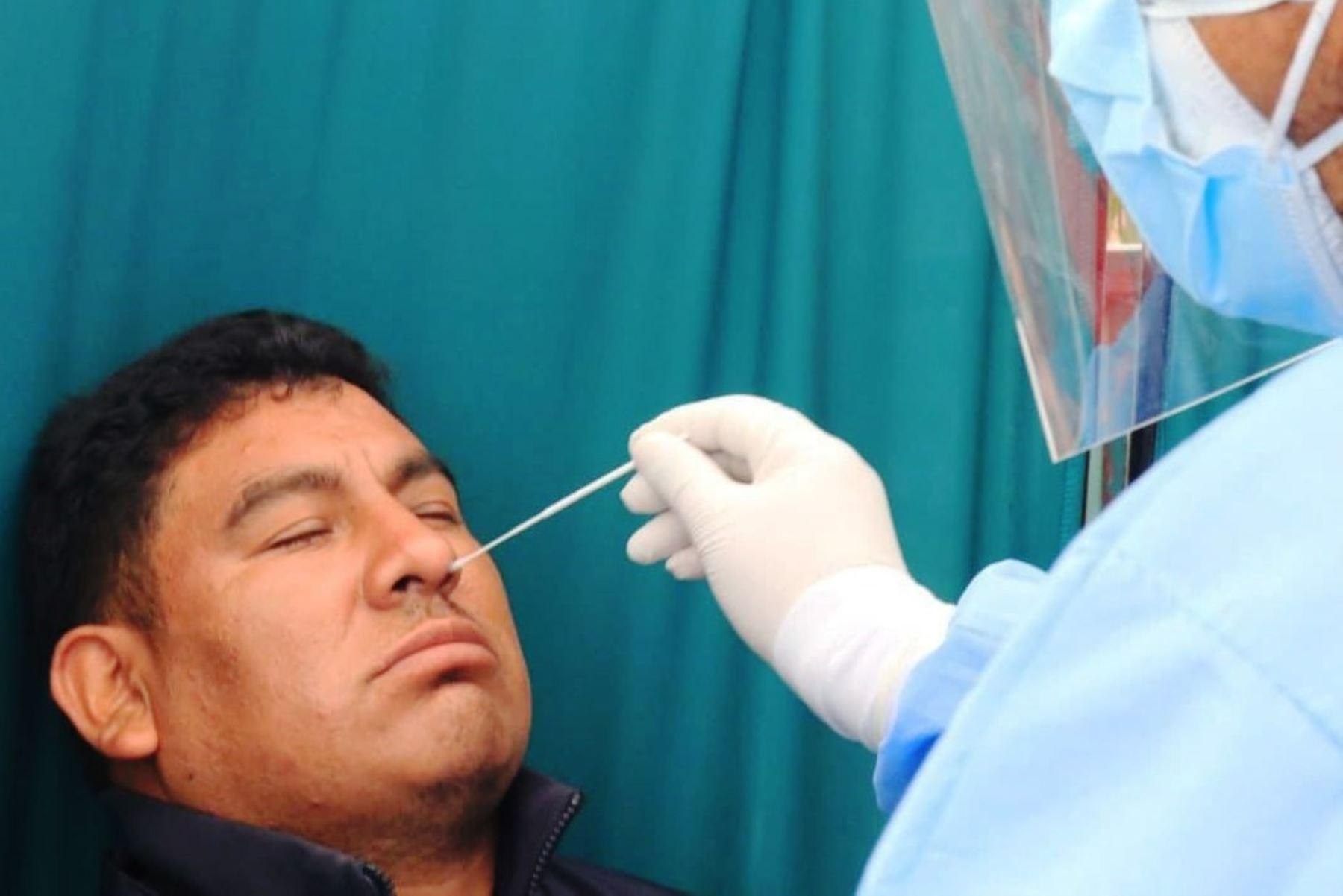 Covid-19: 300 personas reciben vacuna y pruebas moleculares en el Mercado Ceres
