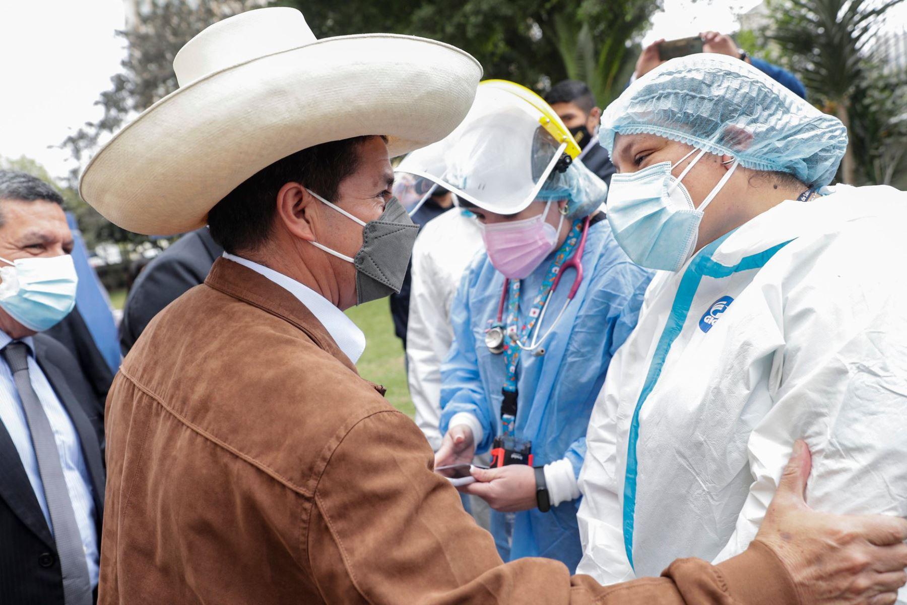 Presidente Castillo expresa su gratitud y reconocimiento al personal de salud