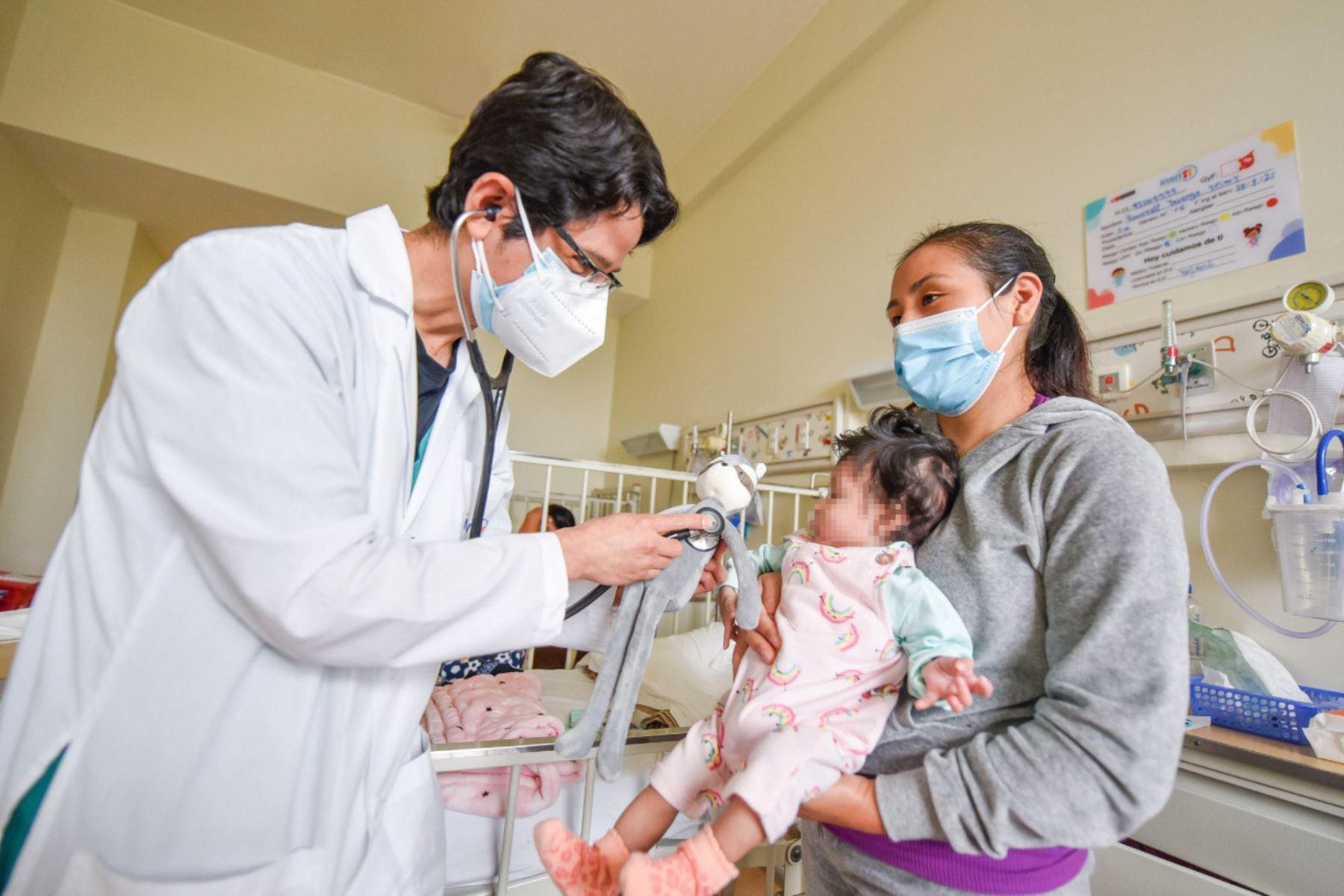 Día de la Medicina Peruana: madre agradece a médicos por salvar a su hija