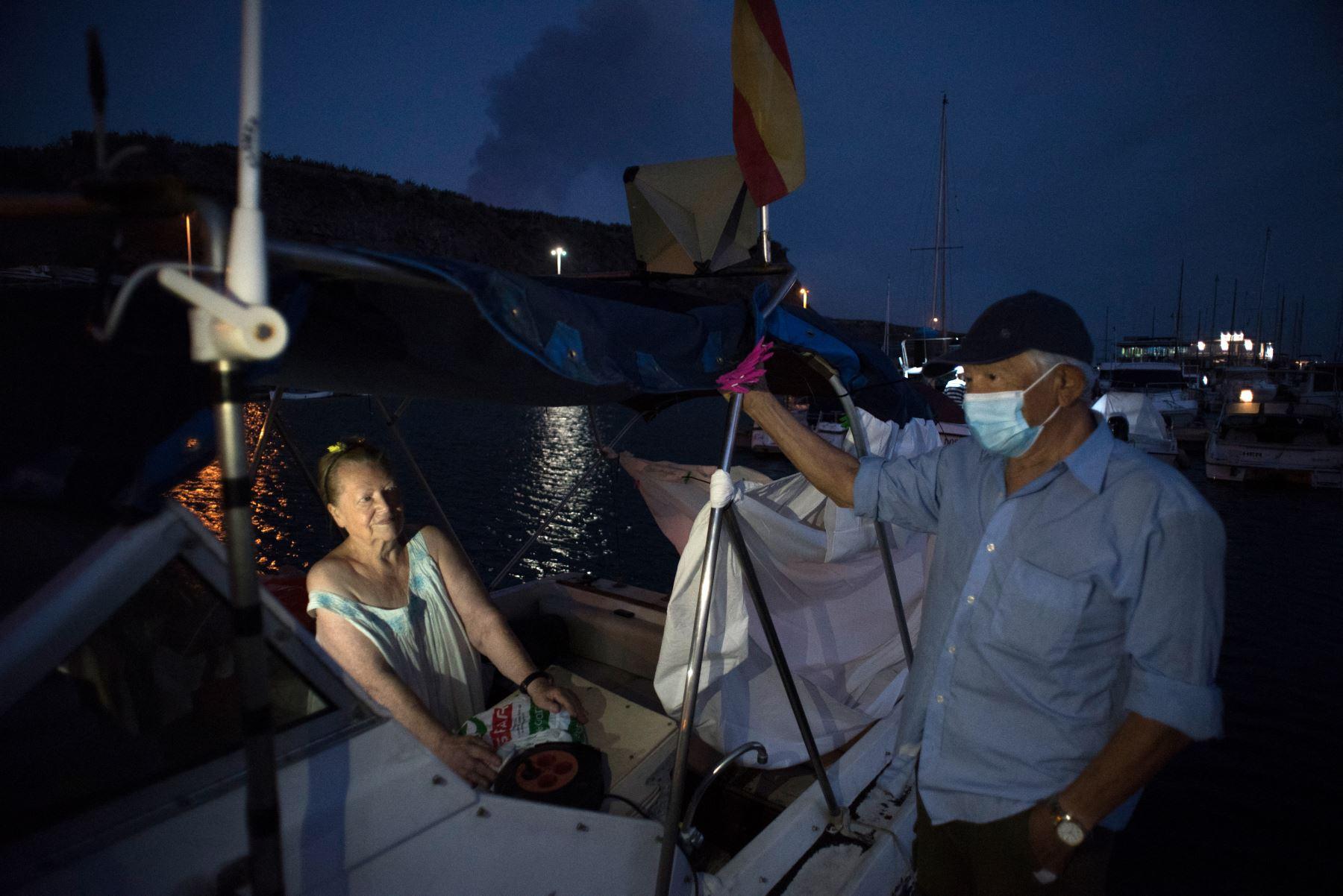El matrimonio de ancianos que se protegieron del volcán de La Palma en una lancha [fotos]