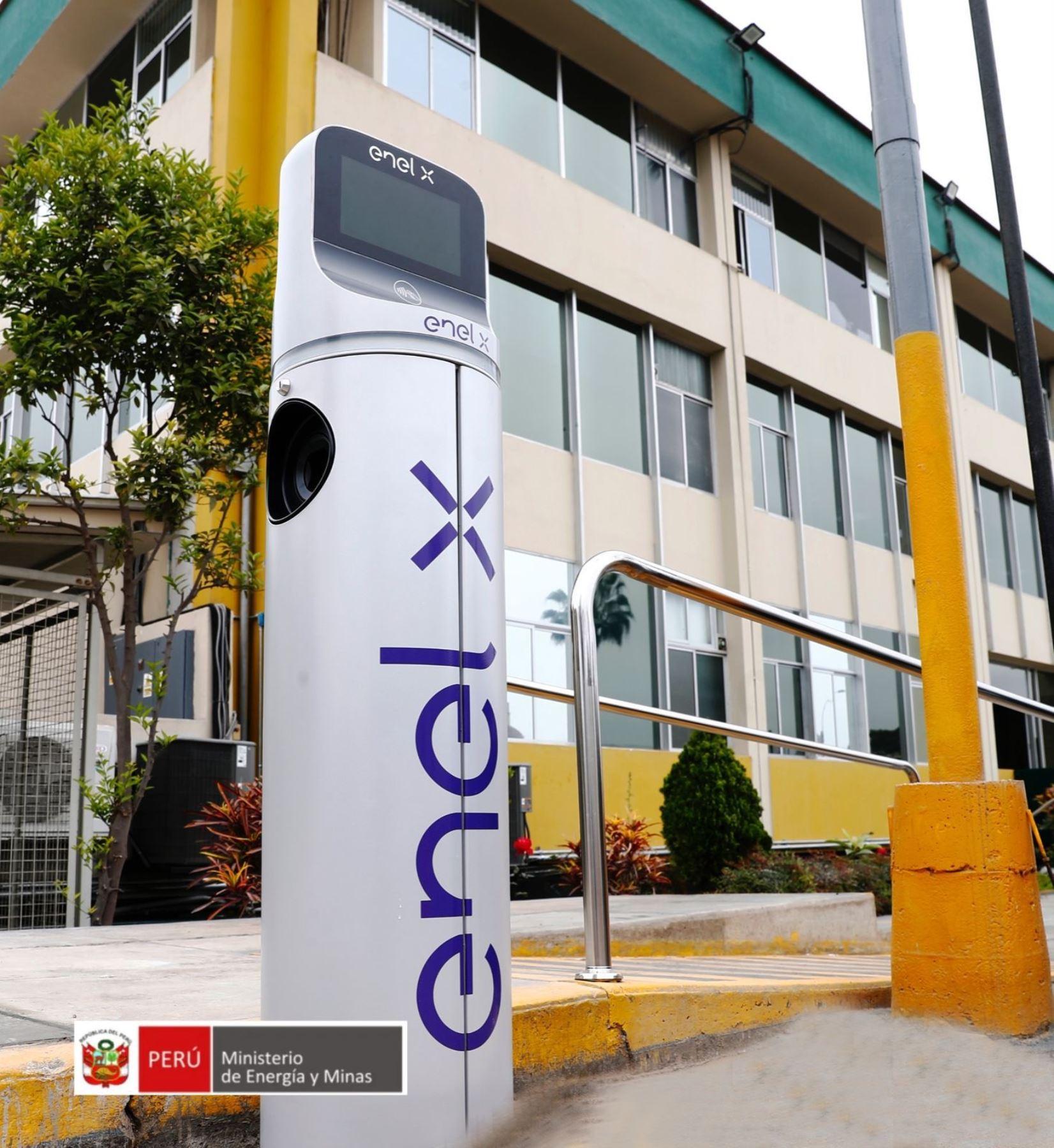 Implementan estación de carga para vehículos eléctricos en sede del Minem