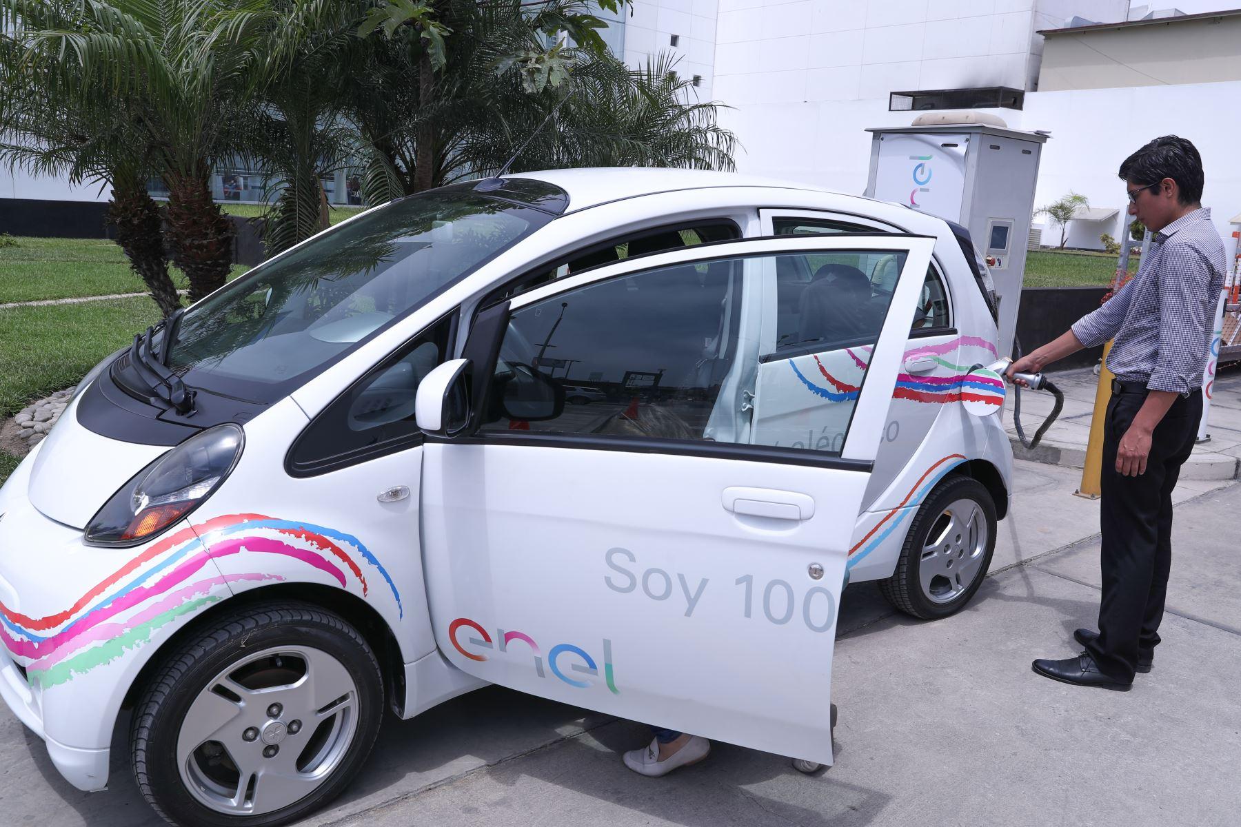 Implementan estación de carga para vehículos eléctricos en sede Minem