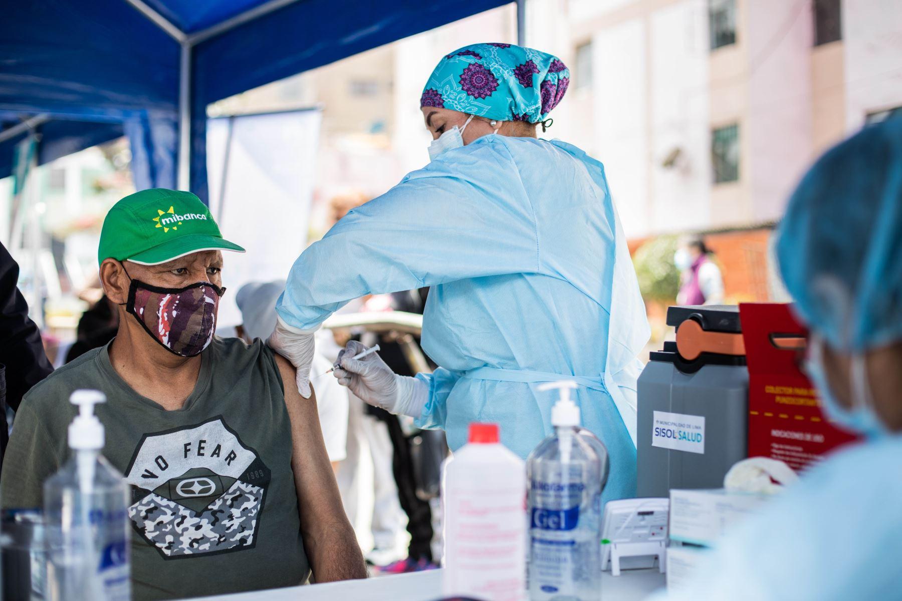 Covid-19: vacunatorios atenderán el feriado del viernes 8 de octubre