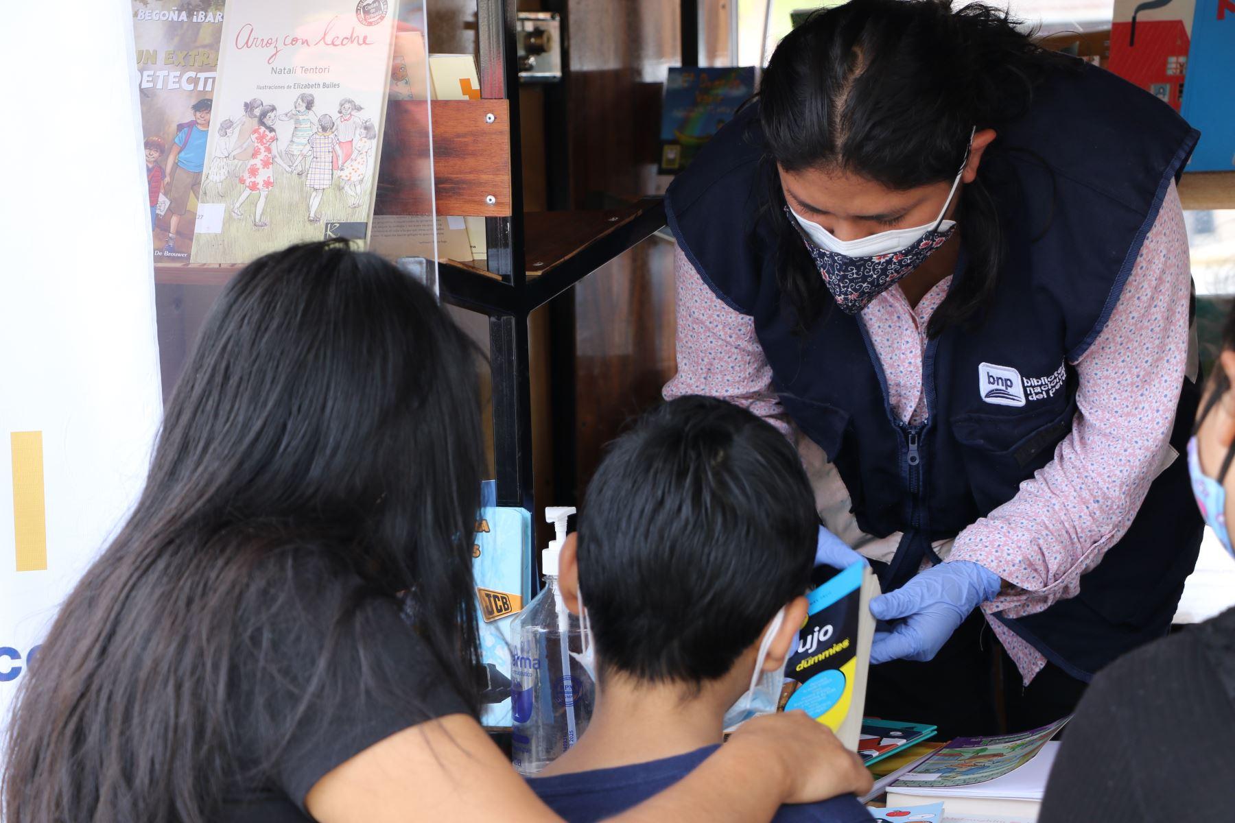 BNP: Bibliomóvil llega a Mirones Bajo con 550 títulos para fomentar la lectura