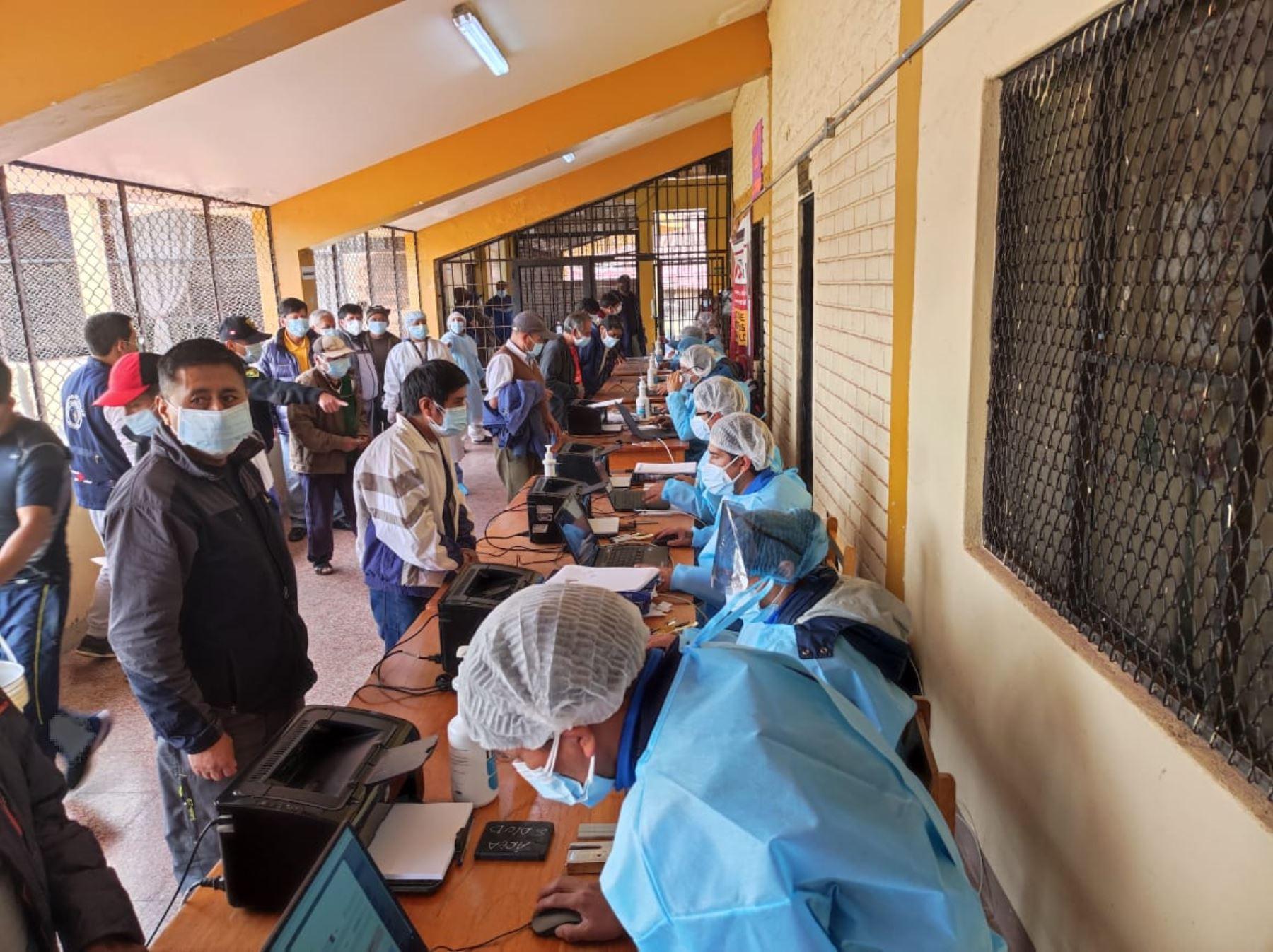 Cusco: internos de penal de Qenccoro reciben la primera dosis de vacuna contra el covid-19