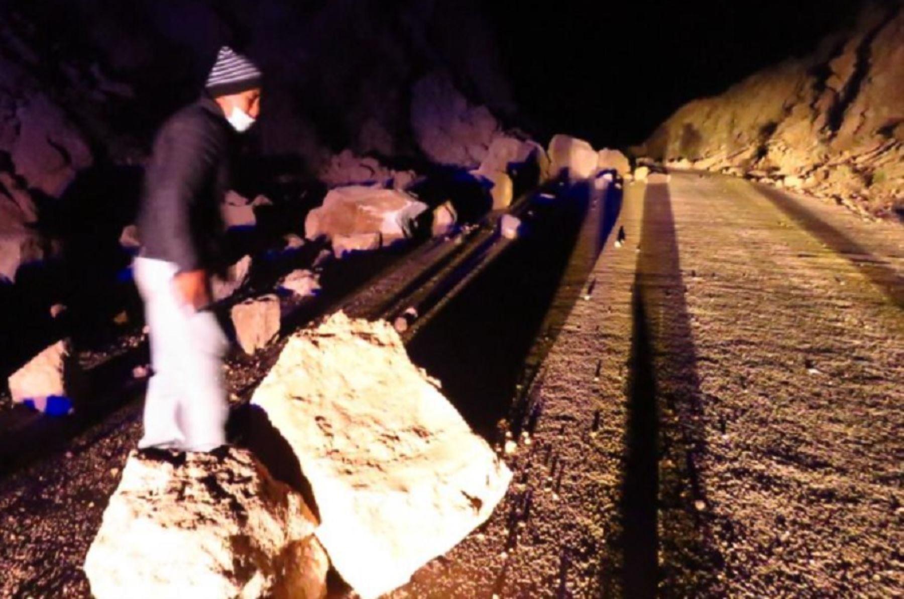 Arequipa: desprendimiento de rocas en carretera provocó sismos registrados en Cabanadonde