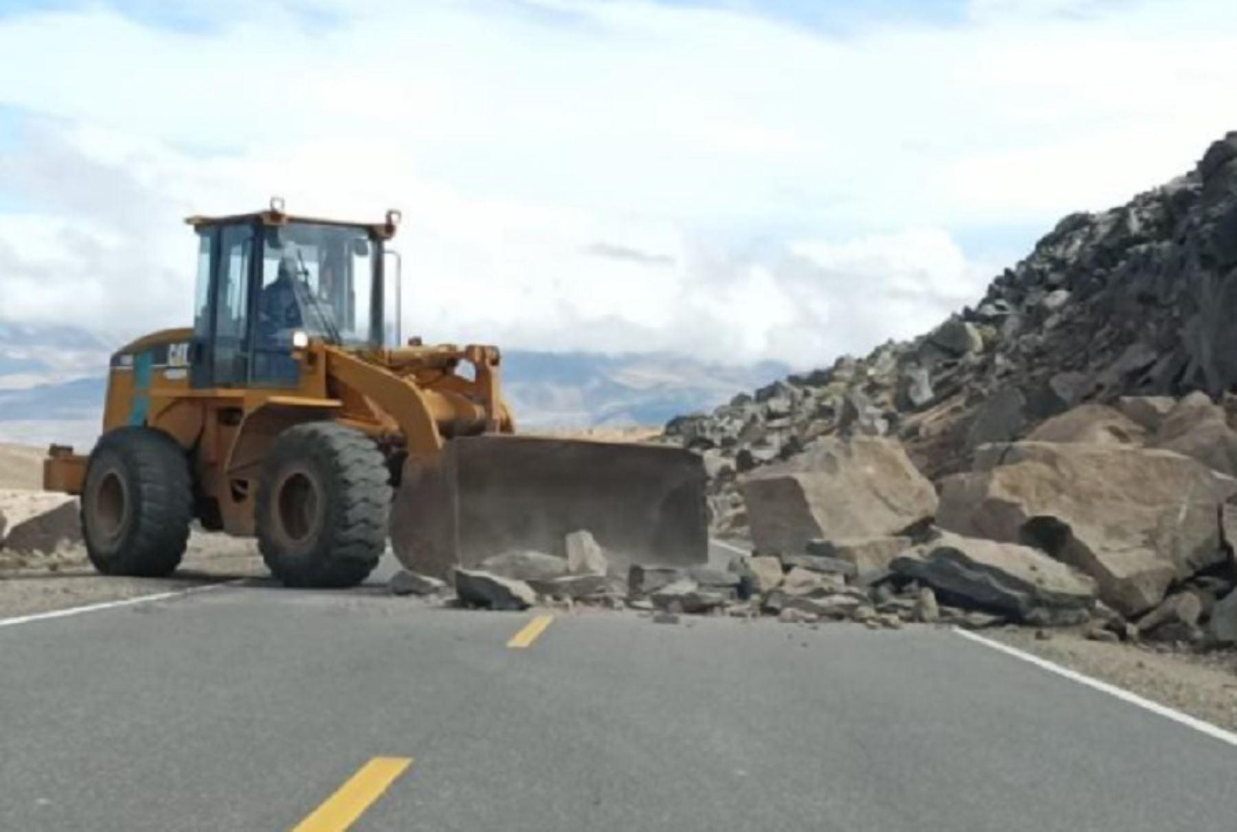 Arequipa: maquinaria pesada retira rocas que cayeron en autopista debido a sismos