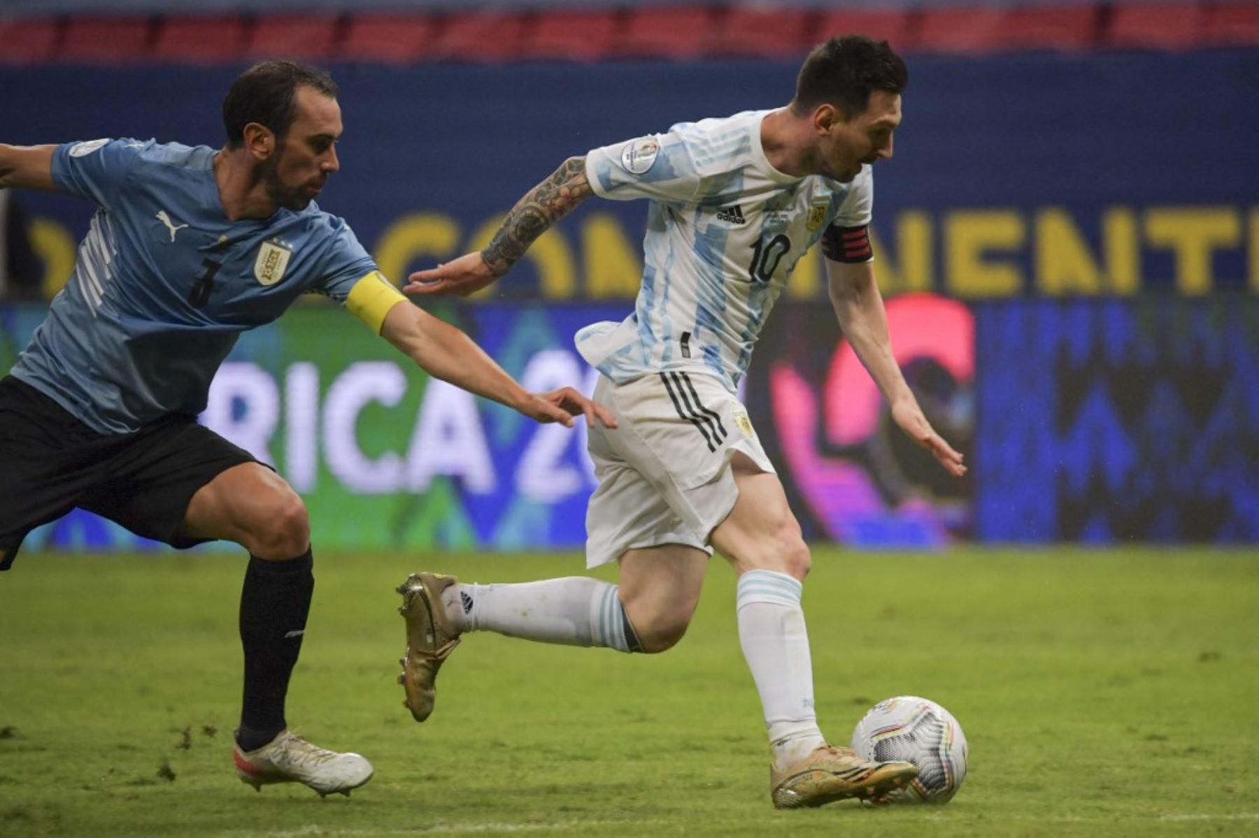 Argentina y Uruguay disputan hoy un clásico rioplatense decisivo