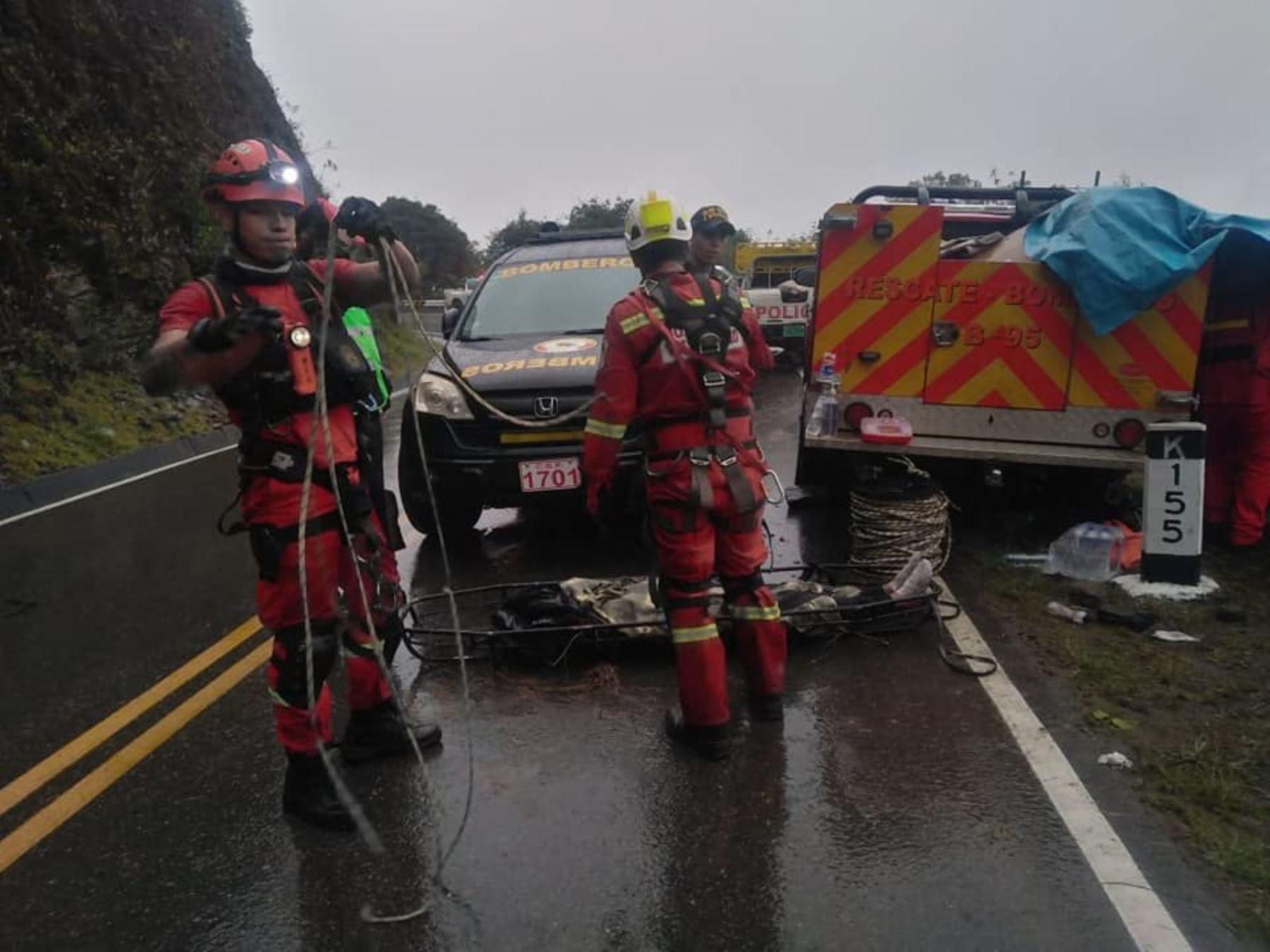Cusco: dos personas mueren y 19 resultan heridas tras vuelco de van en vía a Quillabamba