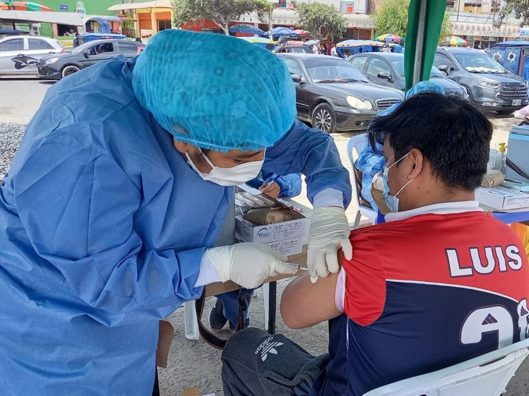 Áncash: brigadistas se desplazan a mercados para vacunar a ciudadanos contra el covid-19