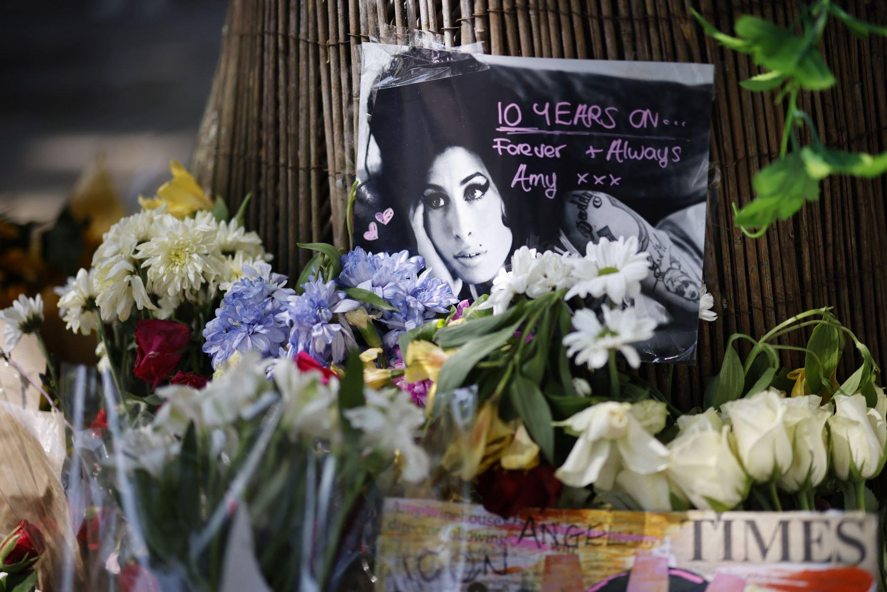 Ropa y objetos de Amy Winehouse salen a subasta por 2 millones de dólares