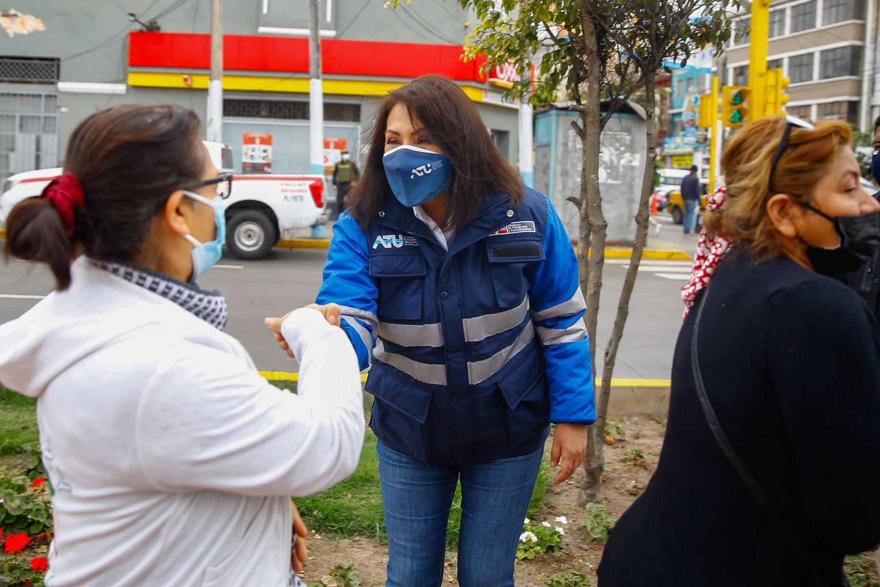 La presidenta del consejo directivo de la ATU , María Jara, junto a personal del Minsa y de la PNP, realizan intervención en el Callao para promover vacunación de usuarios y operadores de transporte urbano. Foto: ANDINA/ Andrés Valle