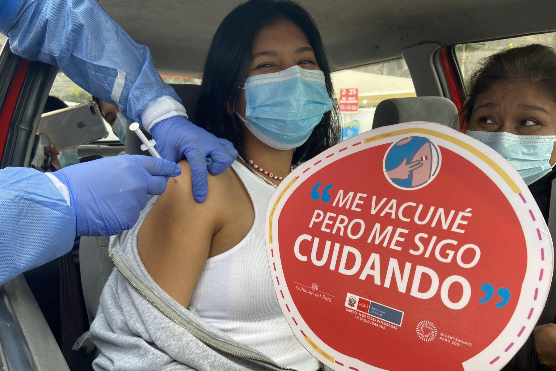 Jóvenes de 18 años a más reciben su primera dosis contra la COVID-19 en el Vacuna en Agua Dulce- Chorrillos. Foto: Minsa