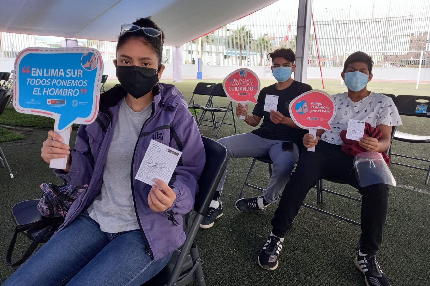 En el Complejo Deportivo N°01 de Chorrillos brigadas de la DIRIS Lima Sur vacunan a jóvenes mayores de 18 años. Foto: Minsa