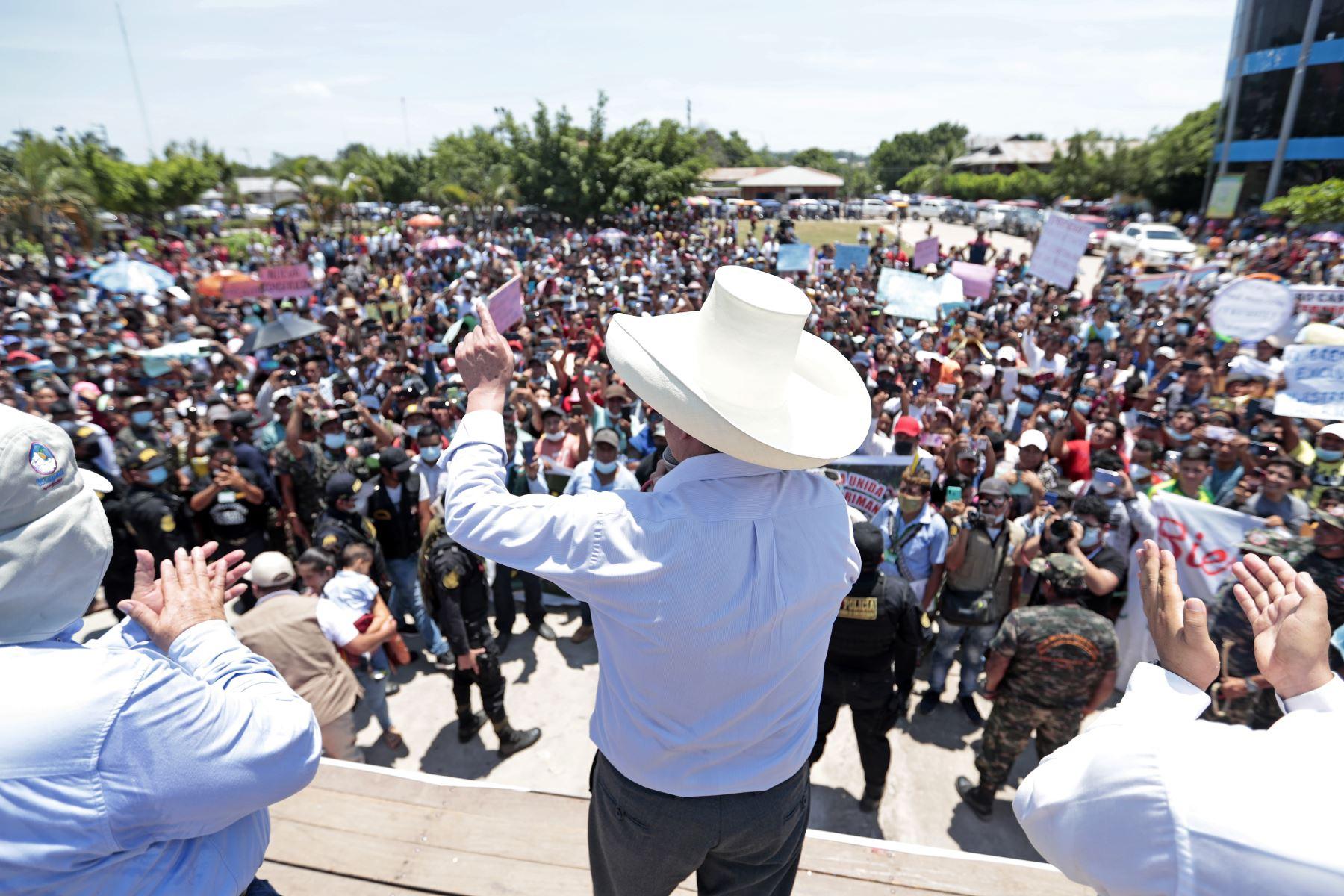 Presidente de la República, Pedro Castillo, sostiene reunión con la población en la Plaza de Armas del distrito de Curimaná, provincia de Padre Abad, Ucayali. Foto: Prensa Presidencia