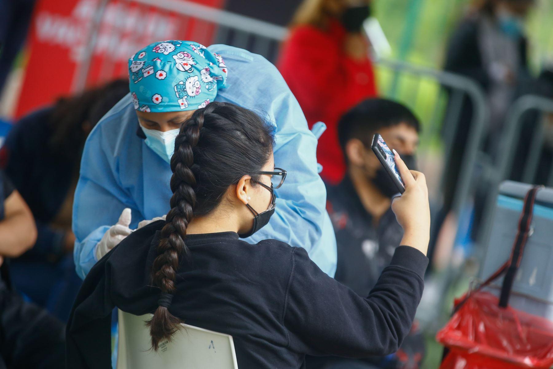 Campaña de vacunación a mayores de 18 años en el Campo de Marte. Foto: Andrés Valle