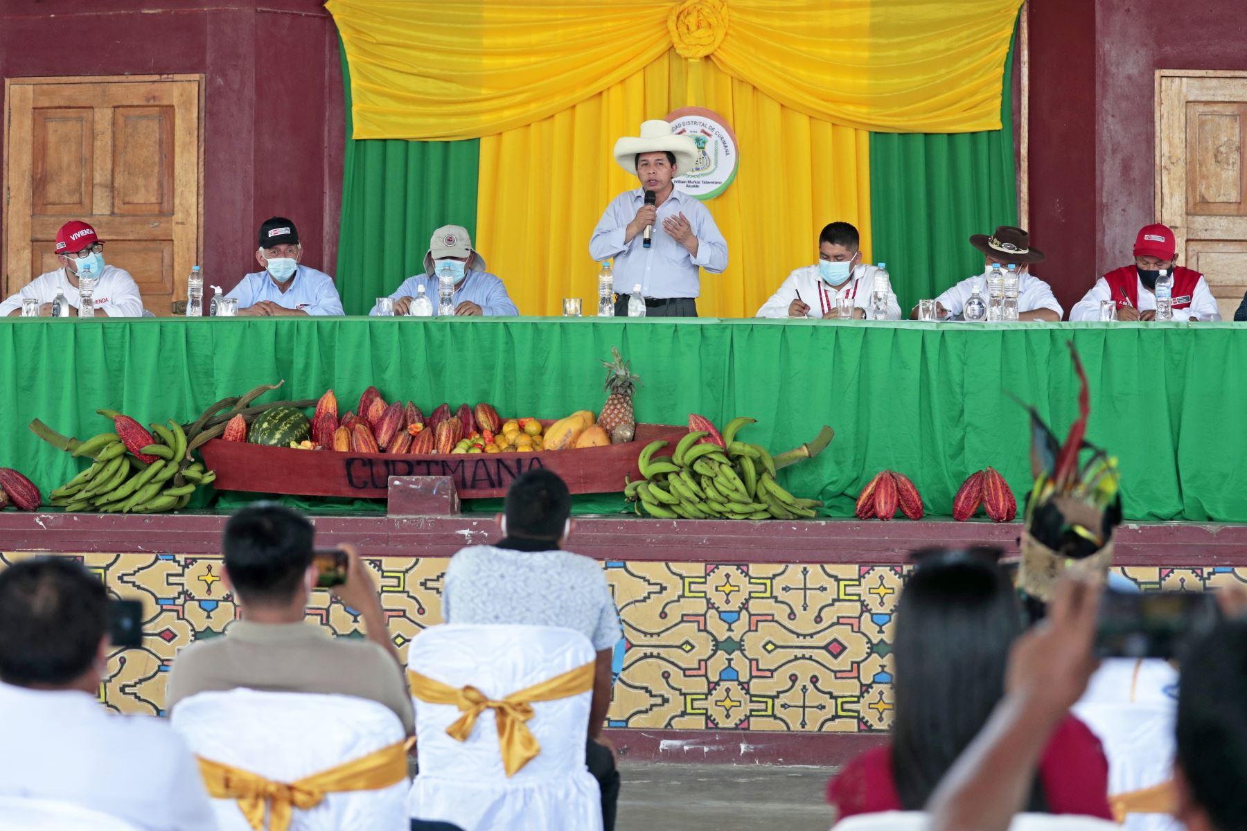 Presidente de la República, Pedro Castillo, sostiene reunión con el alcalde de Curimaná, William Muñoz, junto a representante de gremios y asociaciones distritales. Foto: ANDINA/ Prensa Presidencia