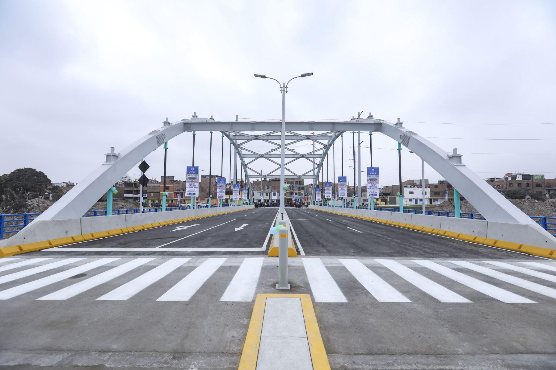 El nuevo puente peatonal y vehicular, implementado por la Municipalidad de Lima a través de Emape, cuenta con cuatro carriles (dos para cada sentido), berma central, veredas de más de 3 m de ancho, barandas, iluminación LED, áreas verdes en los alrededores, así como señalización vertical y horizontal. Foto: ANDINA/ Municipalidad de Lima