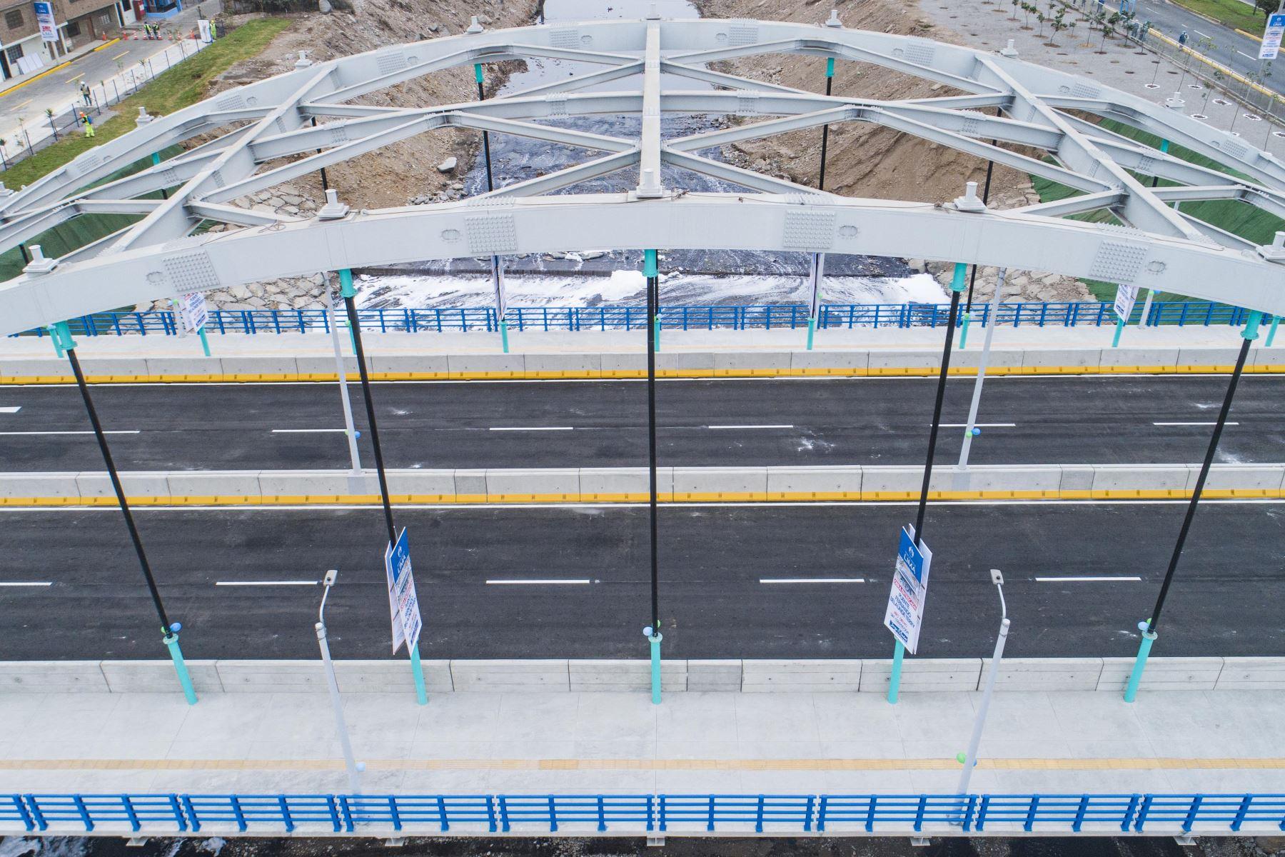 La nueva vía, que demandó una inversión de S/33 millones, conecta la Av. 12 de Octubre (San Martín de Porres) con la Av. Morales Duárez (Carmen de la Legua-Reynoso) y permitirá que los conductores que transitan por las avenidas Faucett, Universitaria y Perú lleguen en menor tiempo al aeropuerto Jorge Chávez y los hospitales Luis Negreiros y Alberto Sabogal, entre otros lugares. Foto: ANDINA/ Municipalidad de Lima