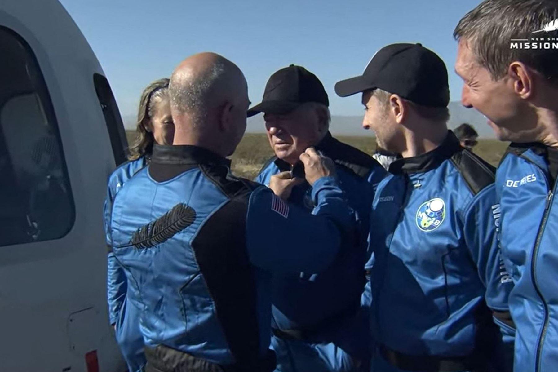 """Miembros de la tripulación de la misión New Shepard NS-18 (L-R), Vicepresidente de Operaciones de Misión y Vuelo de Blue Origin; El actor de """"Star Trek"""", William Shatner y el cofundador de Medidata Solutions, Glen de Vries, viajan a la plataforma de lanzamiento, antes de despegar desde la región del oeste de Texas, a 40 kilómetros al norte de Van Horn.: Foto: AFP"""