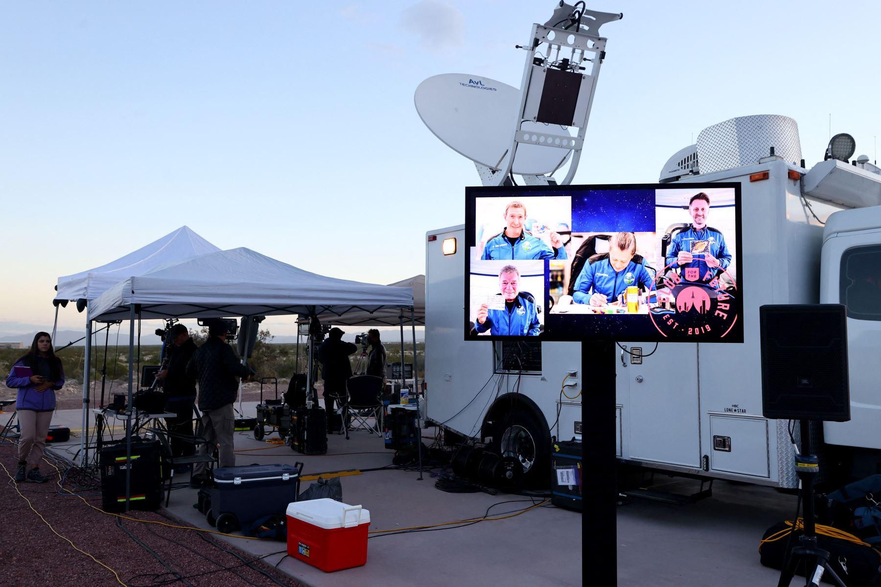 Miembros de los medios de comunicación se reúnen antes de que el New Shepard de Blue Origin despegue de la plataforma de lanzamiento con el actor de 90 años de Star Trek William Shatner y otros tres civiles. Foto: AFP