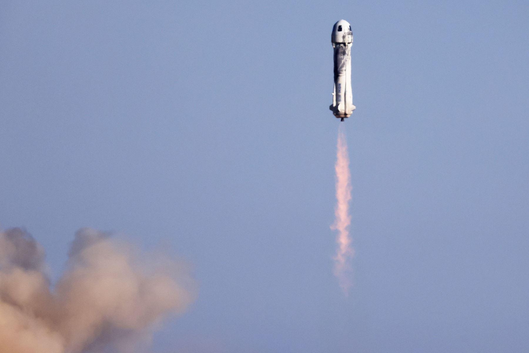 El New Shepard de Blue Origin despega de la plataforma de lanzamiento, cerca de Van Horn, Texas. La misión NS-18, es el segundo vuelo espacial humano de la compañía, propiedad del fundador de Amazon, Jeff Bezos. Foto: AFP