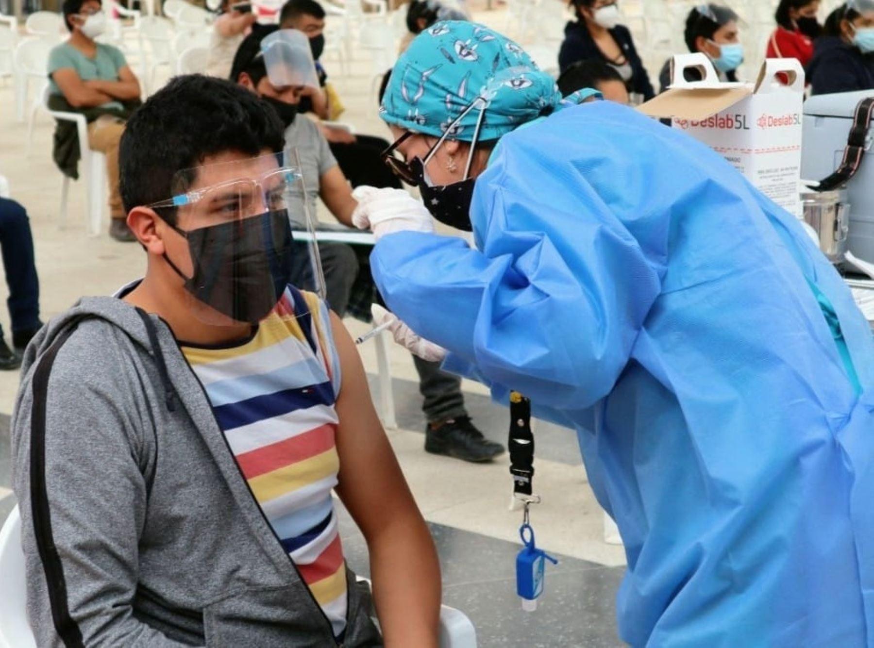 El Gobierno Regional de Junín exigirá la presentación del carné de vacunación contra el covid-19 que demuestre que el ciudadano recibió la dos dosis de la vacuna para poder asistir a espectáculos masivos. Foto: Pedro Tinoco