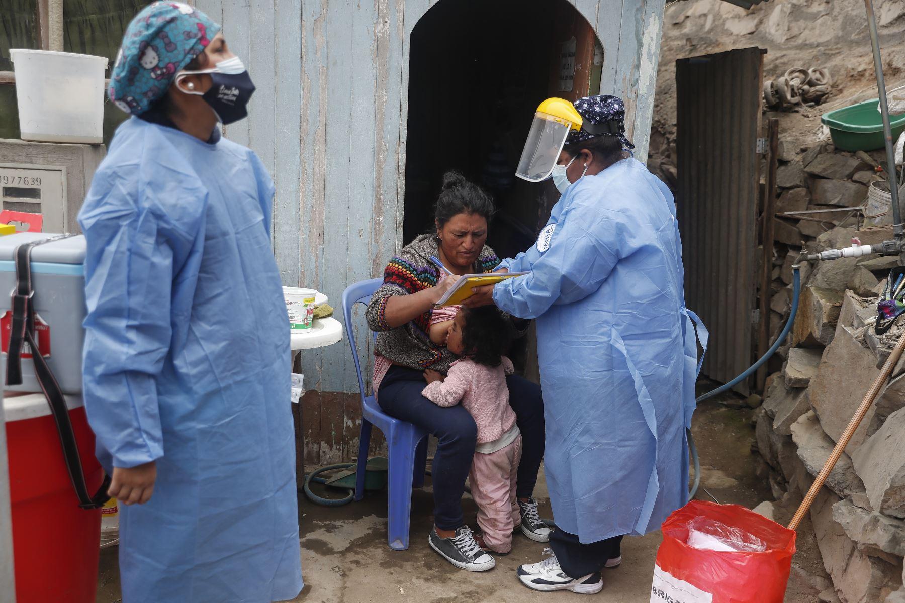 Brigadas de vacunación del Minsa llegaron a los AA.HH. Valle Bajo y Valle Alto, en el distrito de Villa María del Triunfo, para continuar fortaleciendo campaña de inmunización contra el Covid-19. Foto: ANDINA/Renato Pajuelo