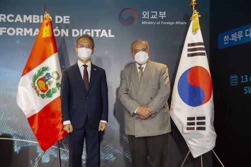 En la sesión de valor para el Intercambio de experiencias en Innovación y Transformación Digital Perú - Corea participaron Luis González Norris, secretario general de la PCM; y el ministro adjunto al Ministerio de Relaciones Exteriores de Corea, Yeo Seung-bae. Foto: ANDINA/Maira Flores