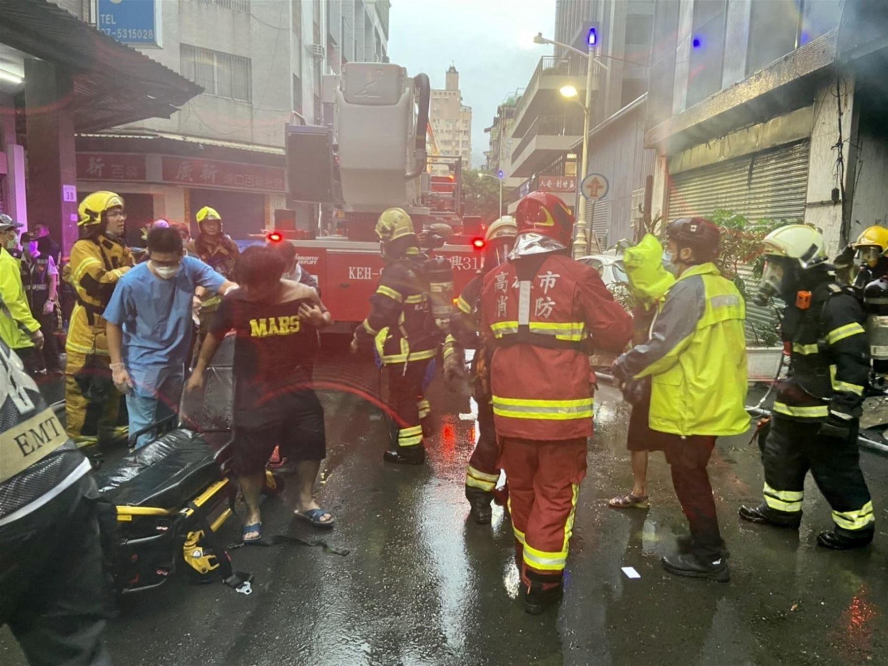Aumentan a al menos 46 los muertos en un incendio en el sur de Taiwán.
