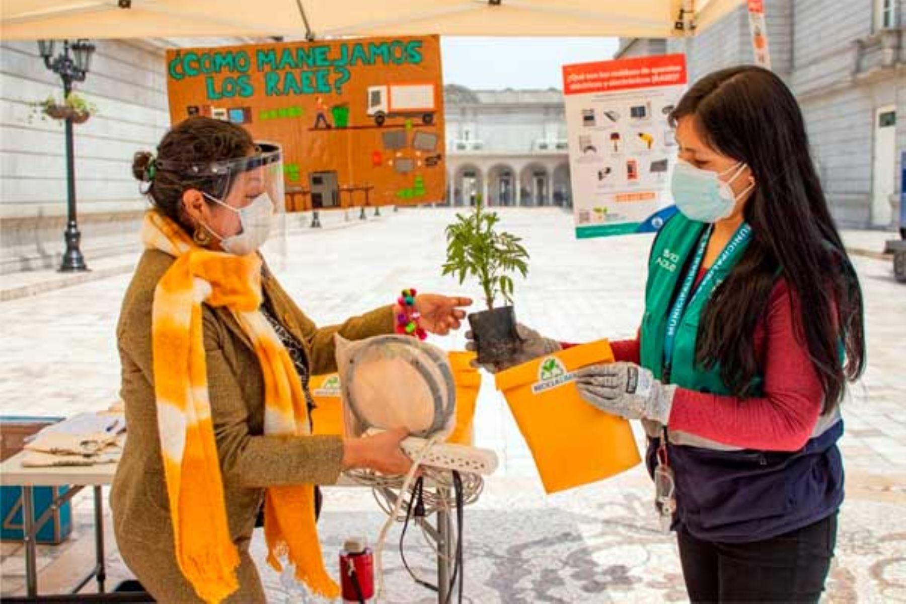 Para incentivar la participación, la comuna limeña obsequiará plantas, compost, bolsas de tela, pop sockets, así como cupones de descuento. Foto: ANDINA/MML