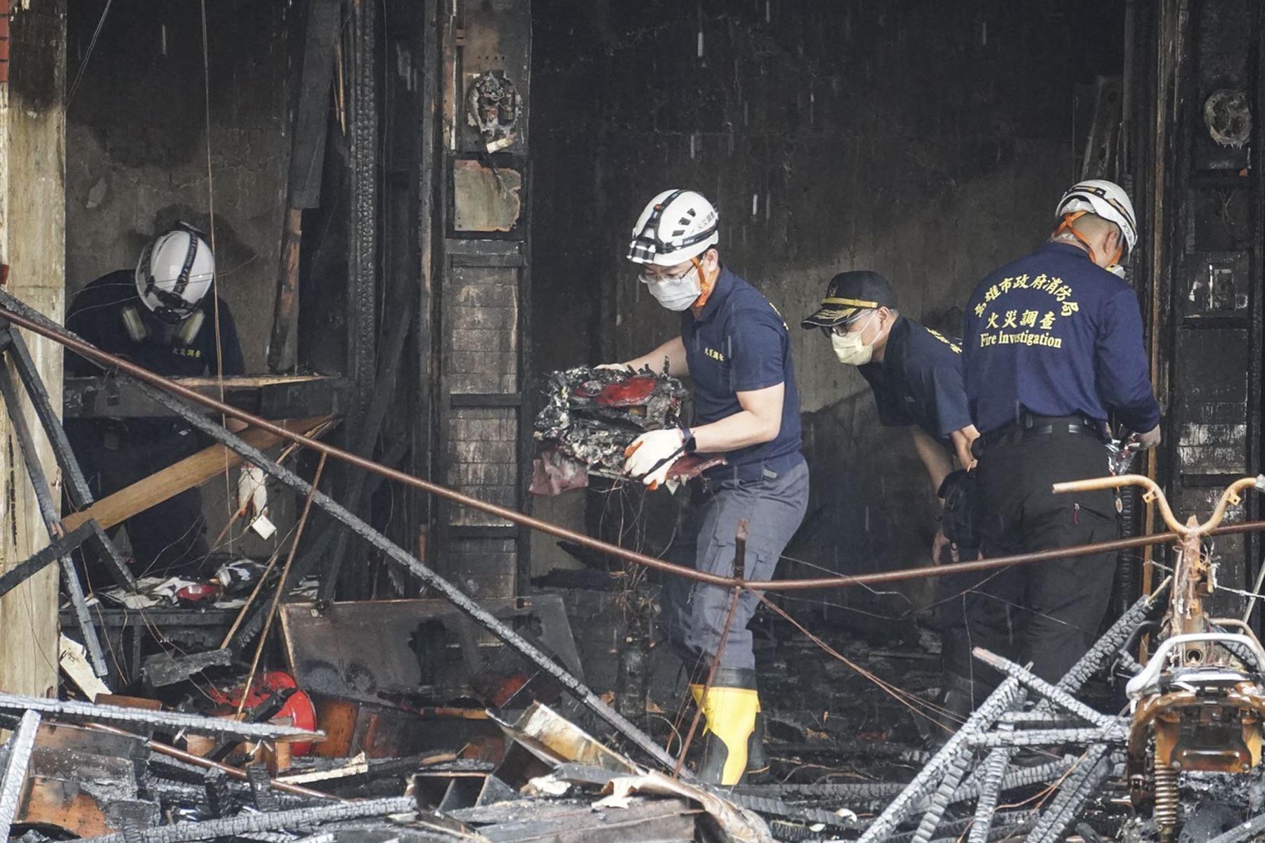 Investigadores realizan operaciones después de que un incendio nocturno arrasara un edificio en la ciudad de Kaohsiung, en el sur de Taiwán, matando al menos a 46 personas e hiriendo a decenas más. Foto: AFP