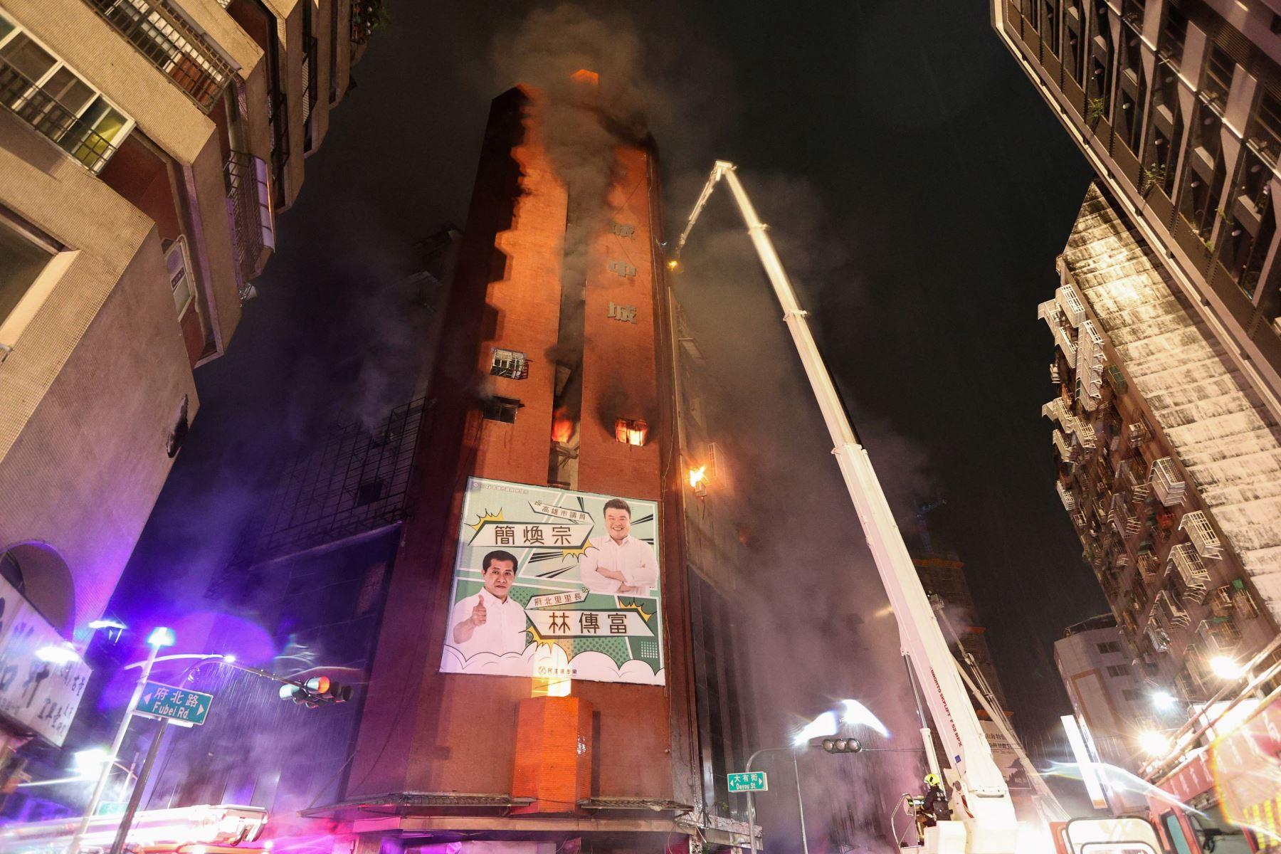El humo de un incendio se eleva desde un edificio en la ciudad de Kaohsiung, en el sur de Taiwán, matando al menos a 46 personas e hiriendo a decenas más. Foto: AFP