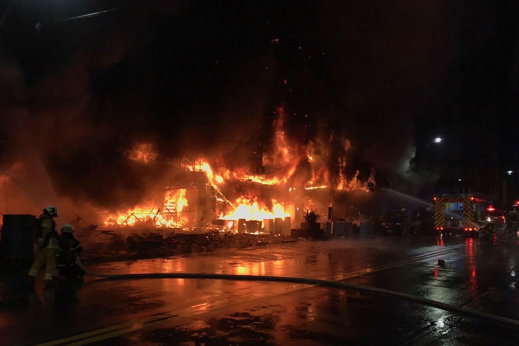 Bomberos luchan contra un incendio nocturno que arrasó un edificio en la ciudad de Kaohsiung, en el sur de Taiwán, matando al menos a 46 personas e hiriendo a decenas más. Foto: AFP