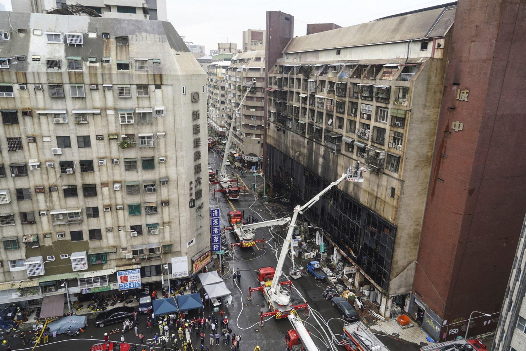 Operaciones de rescate después de que un incendio nocturno arrasara un edificio en la ciudad de Kaohsiung, en el sur de Taiwán, matando al menos a 46 personas e hiriendo a decenas de personas. Foto: AFP