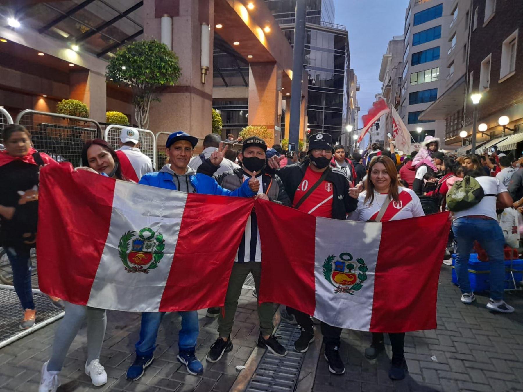 La afición peruana brindó su incondicional apoyo a la blanquirroja