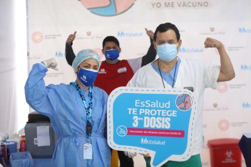 Covid-19: personal de salud de primera línea recibe  tercera dosis de vacuna