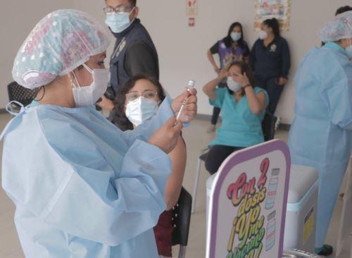 Áncash inició esta mañana la aplicación de la dosis de refuerzo de la vacuna contra el covid-19 al personal de salud de esa región.