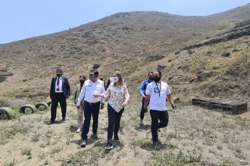 Titular del Minam y la presidenta del Congreso visitaron el sector de Quebrada Alta y las Lomas de Paraíso en VMT