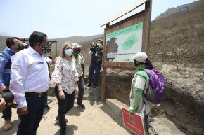 El ministro del Ambiente, Rubén Ramírez, y la presidenta del Congreso, María del Carmen Alva, visitaron el sector Quebrada Alta y las Lomas de Paraíso, en VMT. Foto: ANDINA/Minam