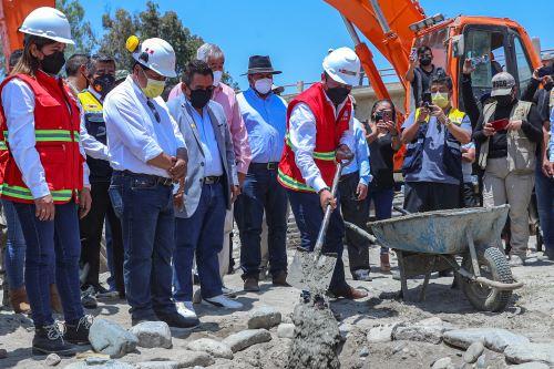 Ministro de Transportes entrega puente y coloca la primera piedra para la carretera Los Molinos-Tambillos en Ica