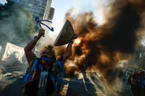Los asistentes proclamaban consignas por la libertad de las personas que fueron detenidas durante las protestas de 2019 y también pidieron la renuncia del presidente del país, Sebastián Piñera. Foto: EFE