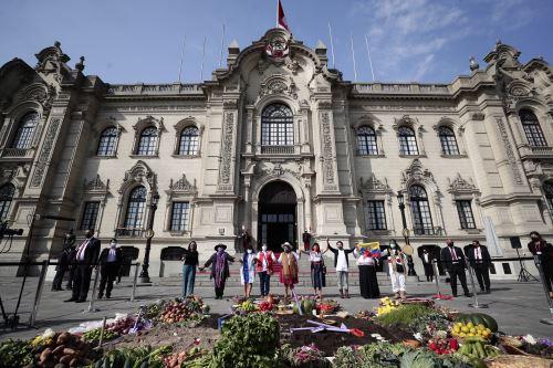 """Titular del MIDIS y Primera Dama de la Nación participaron en acto simbólico de la siembra """"Semilla de todas las sangres"""" en Palacio de Gobierno"""