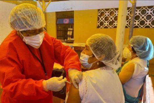 La Dirección Regional de Salud de Puno inició la vacunación con la dosis de refuerzo contra covid-19 al personal de primera línea, como parte de las acciones de preparación frente a una posible tercera ola.