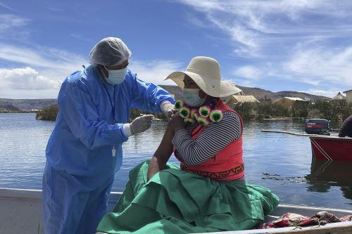 Pobladores de las islas flotantes de Los Uros reciben vacuna contra la covid-19